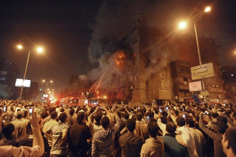 Los bomberos intentan apagar el fuego provocado en una iglesia en El Cairo. | Ap