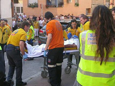 El cuerpo de la policía es trasladado de la vivienda donde falleció. | EmergenciasMad