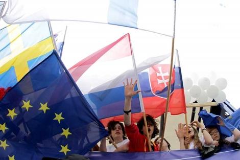 Varios jóvenes, en el Desfile de Schuman celebrado el sábado en Polonia.  Efe