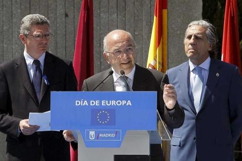 J. Almunia (c); D. López Garrido (d) y A. Ruiz Gallardón.| Efe