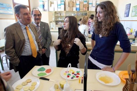 Dos alumnas enseñan sus experimentos al consejero Juan José Mateos. | Ical