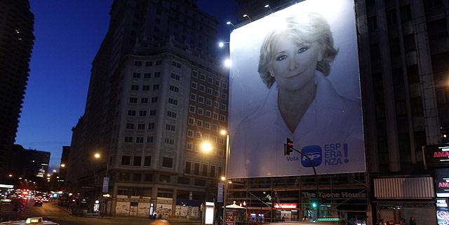 Cartel de Esperanza Aguirre en la madrileña calle de la Gran Vía.   Javier Barbancho