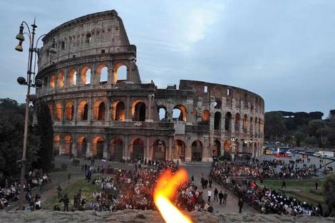 Imagen del Coliseo romano en Semana Santa.  Efe