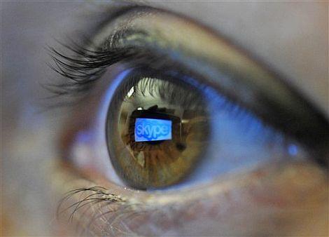 El logo de Skype reflejado en un ojo. | AP