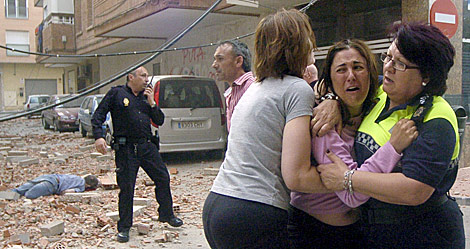Una de las víctimas por la caída de cascotes. | Efe