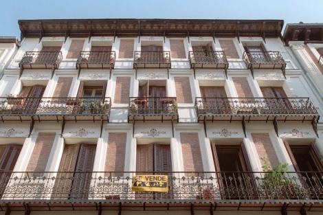 Piso con el cartel de 'Se vende'. | ELMUNDO.es