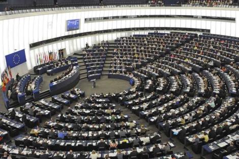 Los europarlamentarios votan durante una sesión plenaria del Parlamento Europeo. | Efe