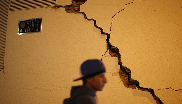 Un hombre pasa junto a una grieta. | Reuters