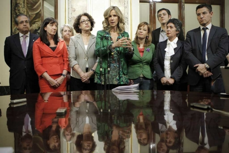 La ministra de Ciencia, Cristina Garmendia, junto con Leire Pajín, ministra de Sanidad.   A. Di Lolli