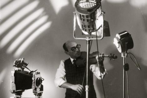 Gyenes, en su prestigioso estudio de la Gran Vía, con sus 'dos amores': la cámara y el violín.