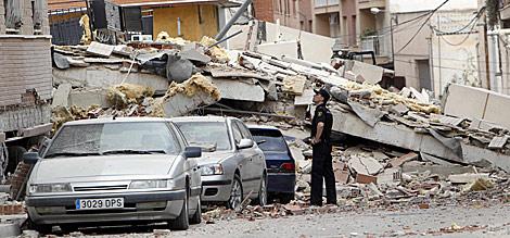 Un edificio derruido en medio de una calle lorquina.   AP