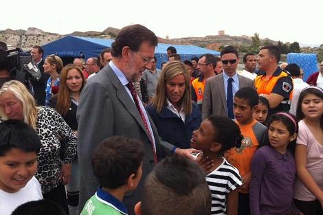 Mariano Rajoy, con Ana Mato, entre los afectados de Lorca.