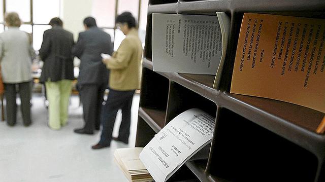 Papeletas en un colegio electoral. | EL MUNDO