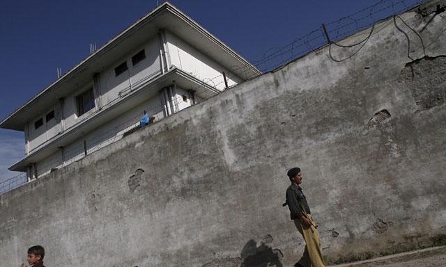 Un hombre camina cerca de la residencia paquistaní de Osama bin Laden, en Abbottabad. | Reuters