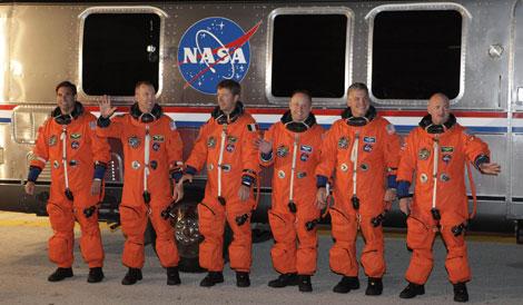 El comandante Mark Kelly (d) y el resto de tripulantes, antes de subir a la nave.   Reuters.