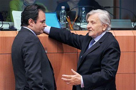 El ministro de Finanzas griego George Papconstantinou (izq.) charla con el presidente del BCE, Jean Claude Trichet. | Afp