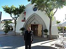 González, delante de la parroquia.
