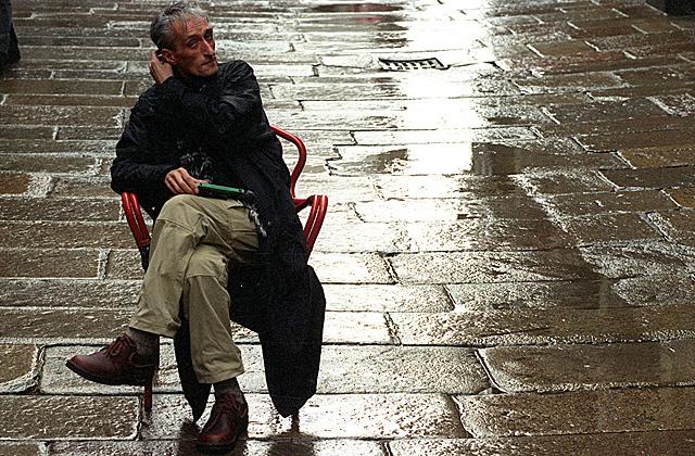 Lois Pereiro, en las calles de Santiago, en una imagen de enero de 1996. | El Correo Gallego
