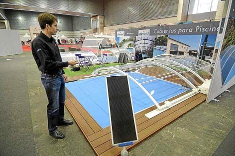 José Manuel Baraizar, delegado de Abrisud, activa el mando que abre las cubiertas. | P. Corral