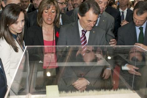 Beatriz Corredor y Artur Mas durante su visita a Construmat.   Efe