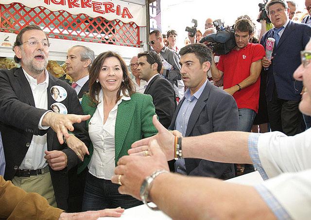 Mercedes Alonso acompaña a Rajoy en su visita al mercado central. | PP Elche