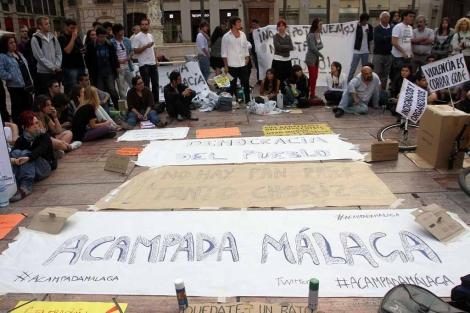 Un centenar de activistas acampan en la Plaza de la Constitución. | C. Díaz