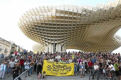 Cientos de personas protestan bajo las setas. | Jesús Morón