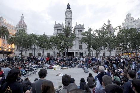 Centenares de jóvenes celebran una asamblea en Valencia. | Efe