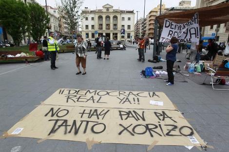 Pancartas de apoyo a Democracia Real Ya en La Montañeta, este miércoles. | Ernesto Caparrós