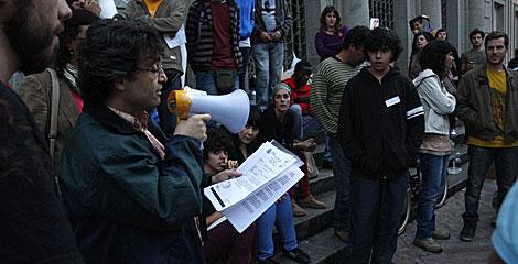 Lectura de un manifiesto en Huelva. | Elisabeth Domínguez