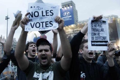 Un grupo de manifestantes, en el centro de plaza Catalunya. | Quique García