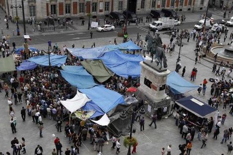 Vista aérea de la Puerta del Sol con la jaima de la protesta.   Reuters
