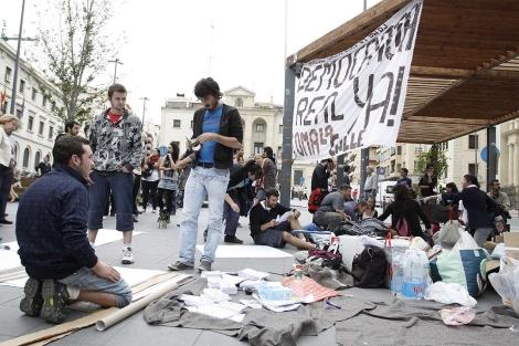 Jóvenes preparados para pasar la noche en la plaza, este miércoles. | Roberto Pérez