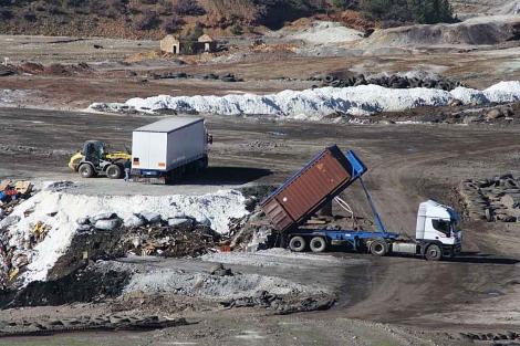 El camión que Greenpeace identifica como cargado con material peligroso soltando su carga sin más. | Cortesía Greenpeace