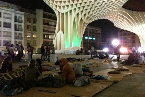 Algunos de los jóvenes acampados en las 'Setas' de la Encarnación. | E.M.
