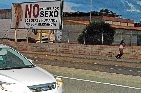 Una de las prostitutas, junto al cartel de la campaña municipal. | J.M.G.