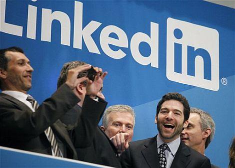 El consejero delegado de Linkedin, Jeff Weiner (segundo por la derecha), en la salida a Bolsa del grupo.   AP