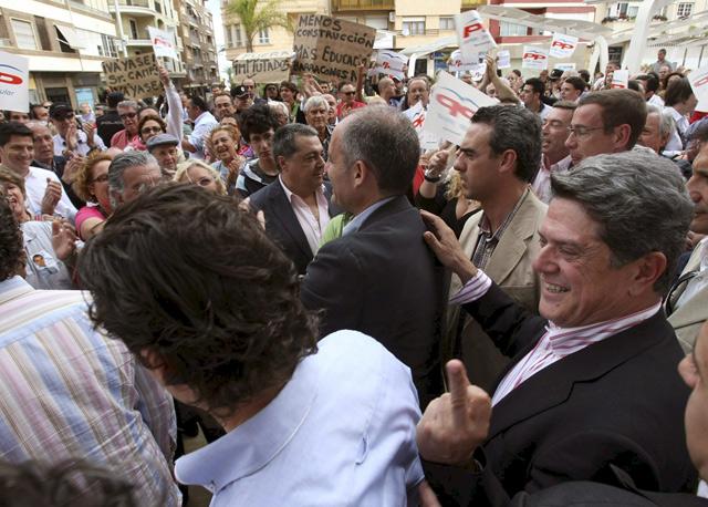Federico Trillo responde con su dedo corazón a las protestas contra el PP en Torrevieja. | Efe