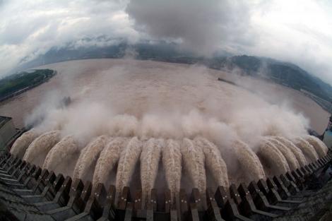 La presa de las Tres Gargantas, liberando agua. | AFP