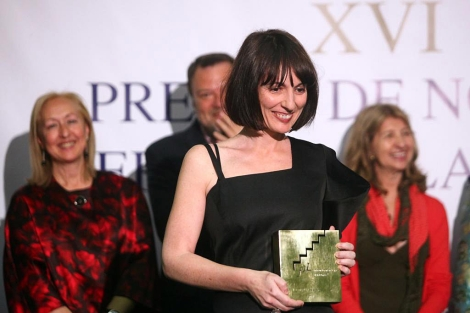 La escritora Silvia Grijalba recoge el galardón por la novela 'Contigo aprendí'.|Jesús Morón