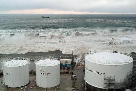 Las olas del Tsunami alcanzan el reactor número 5 de la central de Fukushima | Ho