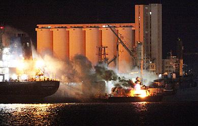Un buque arde en Trípoli tras los ataques de la OTAN.   Afp