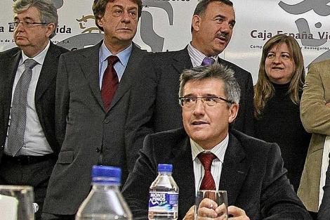Fernández, en primer término, cuando asumía la vicepresidencia de Caja España en 2009.   Ical