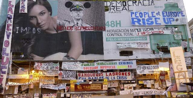 Decenas de carteles reivindicativos empapelan Sol.  Efe