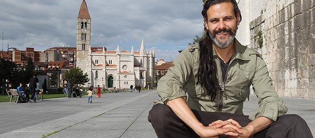 Roberto Enríquez posa en el lateral de la Catedral. | J. M. Lostau