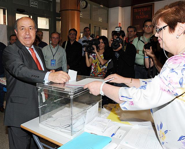 El 'popular' José Torres Hurtado introduce su voto en la urna electoral.   Jesús G. Hinchado