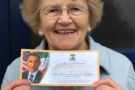 Maura Slater, vecina de Moneygall, muestra una invitación al evento con Obama. | Reuters