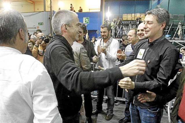 Joseba Permach se dispone a abrazar a Oskar Matute al conocer los excelentes resultados de Bildu. | Justy