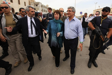 Ashton pasea escoltada por una calle en Bengasi.| Reuters