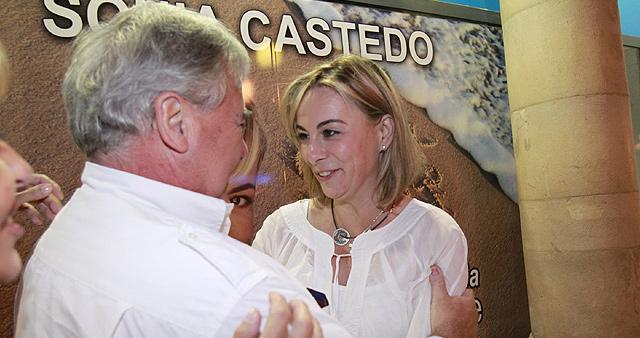 Sonia Castedo celebra su victoria con el ex alcalde Luis Díaz Alperi. | Ernesto Caparrós